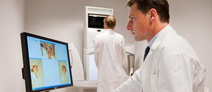Dr. Rogge voert 3D simulatie uit voor patiënt
